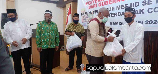Serahkan Paket Sembako untuk Ta'mir Masjid Manokwari, Gubernur Pesan Ini pada Umat