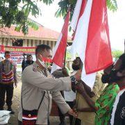 Polda Papua Barat Berbagi Bendera Merah Putih dan Beras