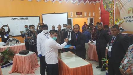 "Diantar Tarian Tumor dan Pasukan Cawat Merah, Kaka Mocha Dampingi ""SADAR"" Daftar di KPU Fakfak"