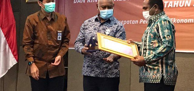 Raih 3 Penghargaan Terbaik, Rumbino Apresiasi Kinerja Bupati Definitif Teluk Bintuni
