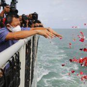 Sriwijaya Air Dampingi Keluarga Penumpang Tabur Bunga di Lokasi Musibah SJ-182