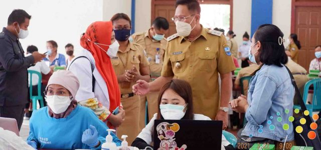 Wakil Bupati dan Kepala Dinas Kesehatan Papua Barat Tinjau Pelaksanaan Vaksinasi Massal Manokwari