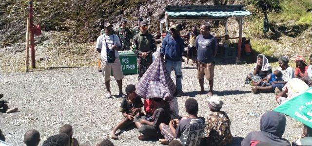 POS TNI di Kabupaten Puncak Jaya Berikan Bantuan Sembako Kepada Masyarakat Pedalaman Papua