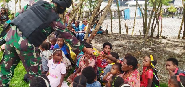 Jaga Persaudaraan Pos TNI di Puncak Jaya Papua Bagaikan Makanan untuk Masyarakat