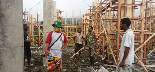 Babinsa Koramil Tanah Rubuh Bantu Warga Bangun Mushola Wartegam