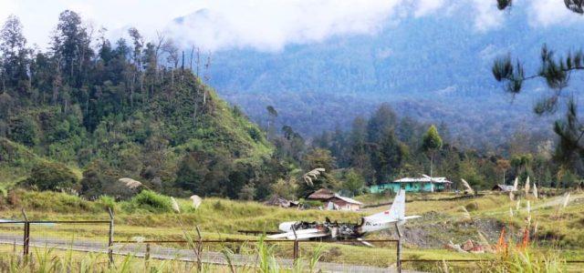 Bakar Pesawat Rusak, Kelompok Separatis Teroris Papua Baku Tembak Dengan TNI – Polri