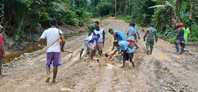 Wujudkan Kemanunggalan, Satgas TMMD 111 Kodim Bintuni Lakukan Pengerasan Jalan Kampung