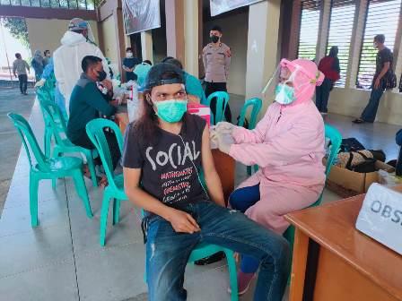 Vaksinasi Covid -19 Hari Kedua , Kapolres Fakfak : Dalam Dua Hari 868 Warga Berhasil Divaksinasi dan 600 Paket Sembako Tersalurkan