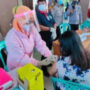 Kapolres Fakfak Pimpin Vaksinasi Massal Covid -19 dan Salurkan 300 Paket Sembako